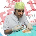 Ufak bir insülin enjektörü ile kıl dönmesi bölgesi lokal anestezi ile uyuşturulur.